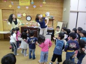 みんなで楽しくダンスしながら英語に触れます。